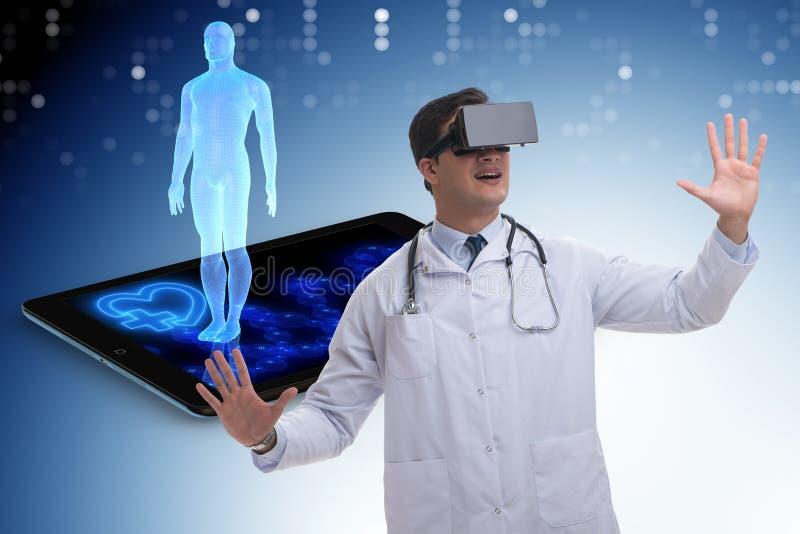 与做遥远的核对的医生的telehealth概念 免版税库存图片