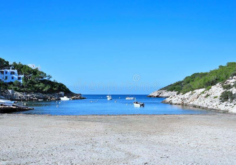 与停住的渔夫小船的空的海滩 图库摄影