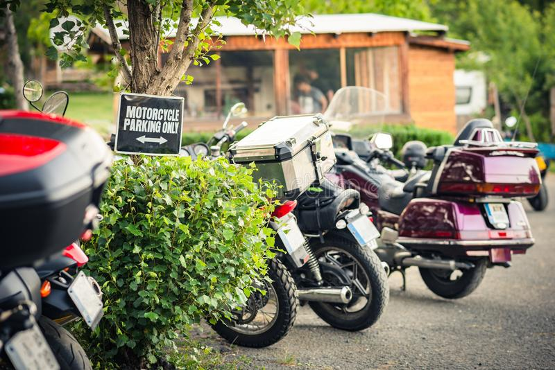 与停放的摩托车的行在与a的一个宿营地 库存图片