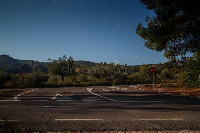 与停车牌的公路交叉点 免版税库存图片