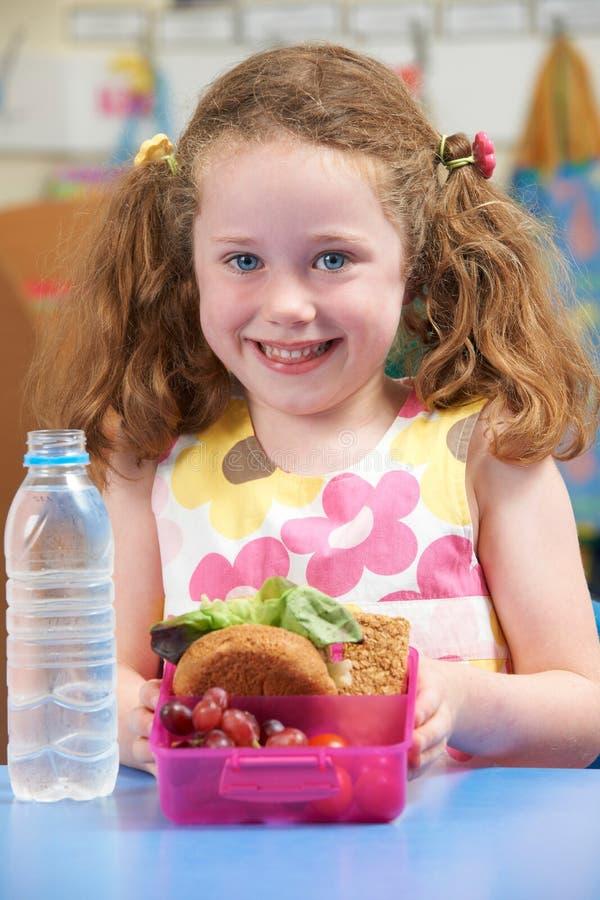 与健康午餐盒的台中国小学生 库存照片