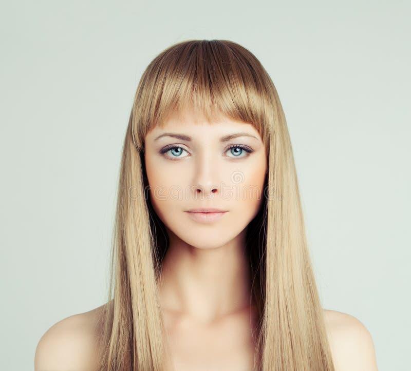 与健康头发的年轻白肤金发的妇女时装模特儿 免版税库存照片