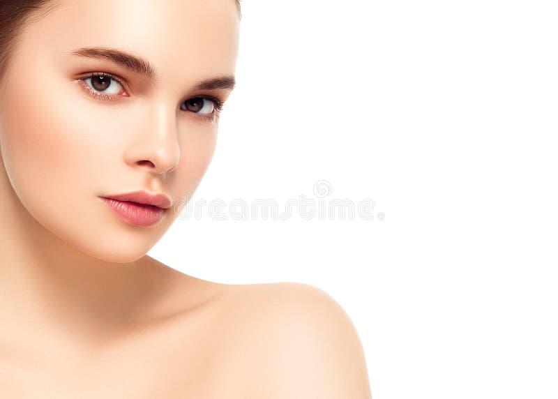 与健康头发的美丽的深色的妇女纵向 清楚新鲜 免版税库存图片