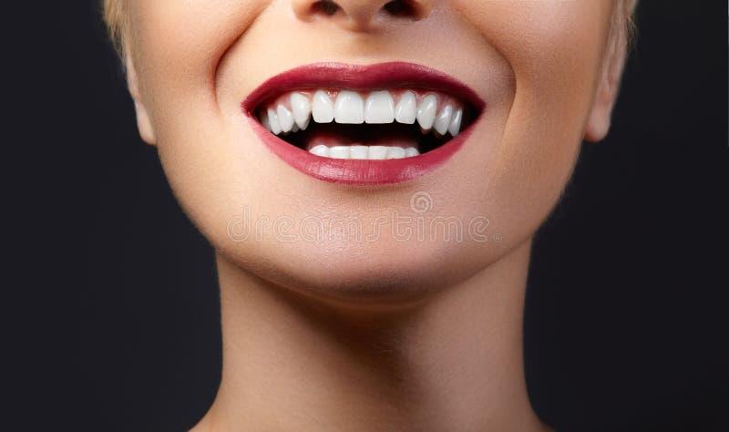 与健康白色牙的特写镜头愉快的微笑,明亮的红色嘴唇构成 整容术、牙科和秀丽关心 库存图片