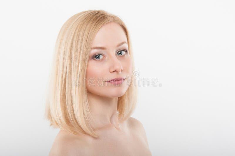 与健康皮肤的美丽的妇女面孔在白色背景 免版税图库摄影