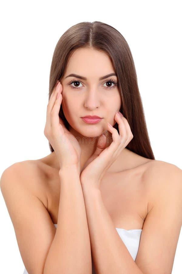 与健康皮肤的年轻美丽的深色的妇女面孔画象 免版税图库摄影