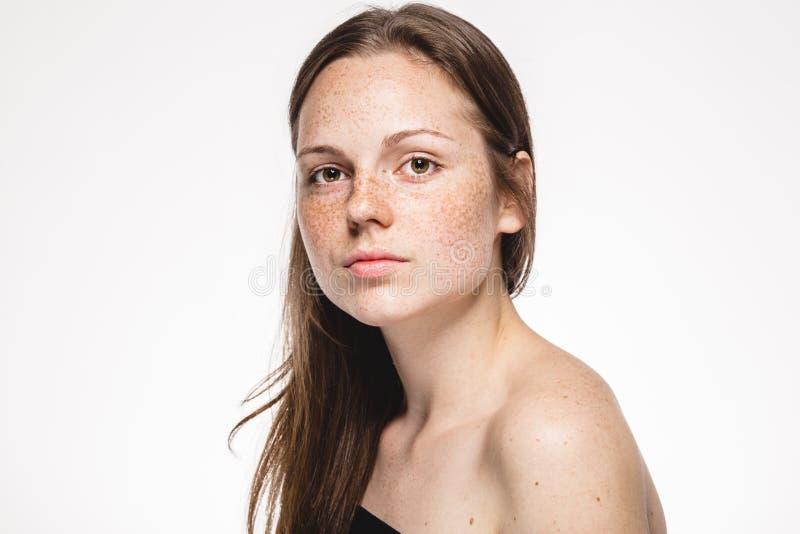 与健康皮肤的年轻美丽的雀斑妇女面孔画象 库存照片