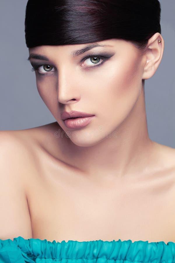 与健康头发的时尚时髦的秀丽画象 美丽的表面女孩 发型 免版税库存图片