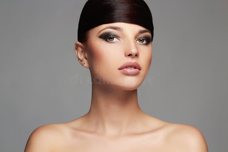 与健康头发的时尚时髦的秀丽画象 美丽的表面女孩 发型 免版税库存照片