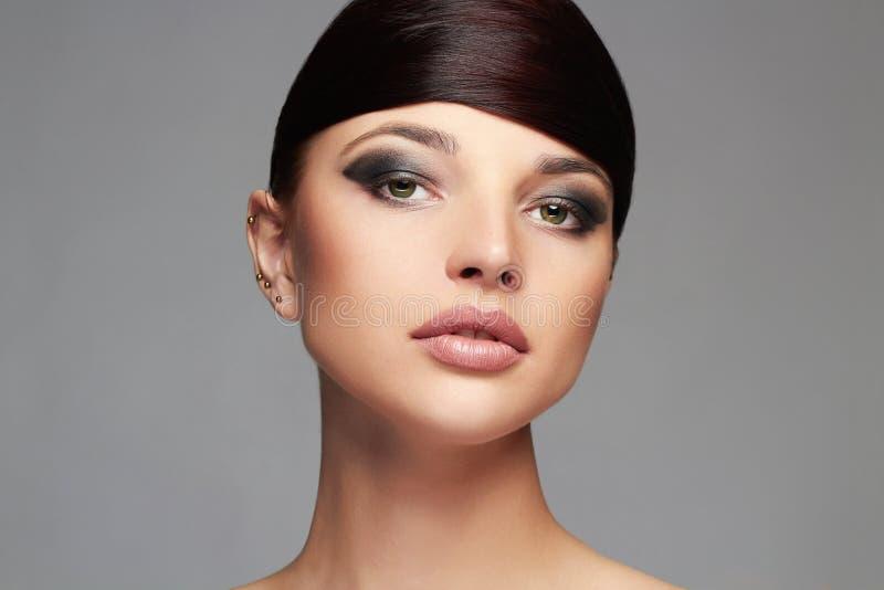 与健康头发的时尚时髦的秀丽画象 美丽的表面女孩 发型 库存图片