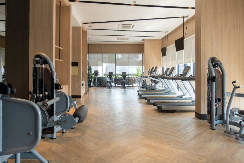 与健身房设备装饰的现代健身俱乐部 室内设计背景 库存照片
