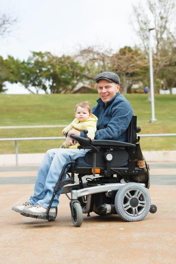 与儿子的残疾爸爸戏剧 免版税库存照片