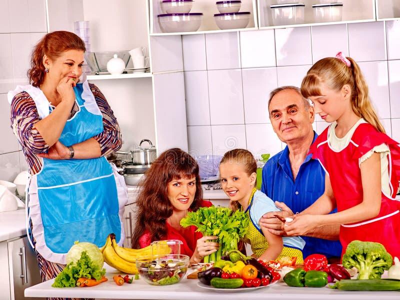 与儿童和祖父母烹调的愉快的家庭 免版税库存图片