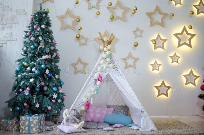 与儿童` s帐篷、树和星的内部 免版税库存照片