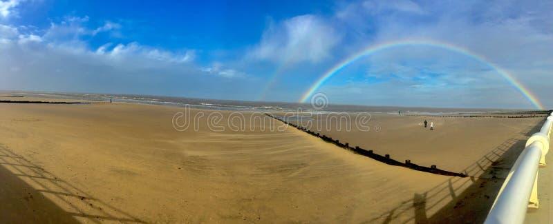 与充分的彩虹的大海滩 图库摄影