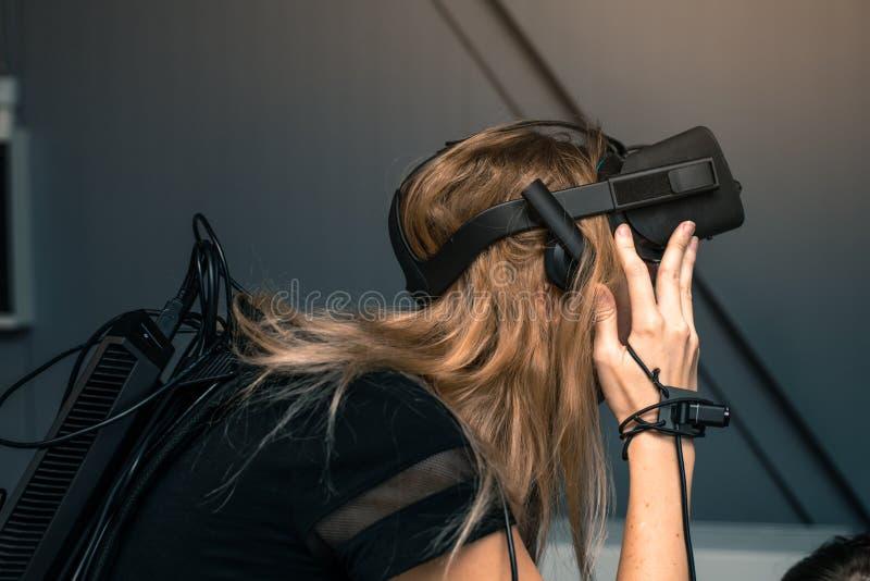 与充分的浸没的虚拟现实 女孩戴在她的头的虚拟现实眼镜 库存照片
