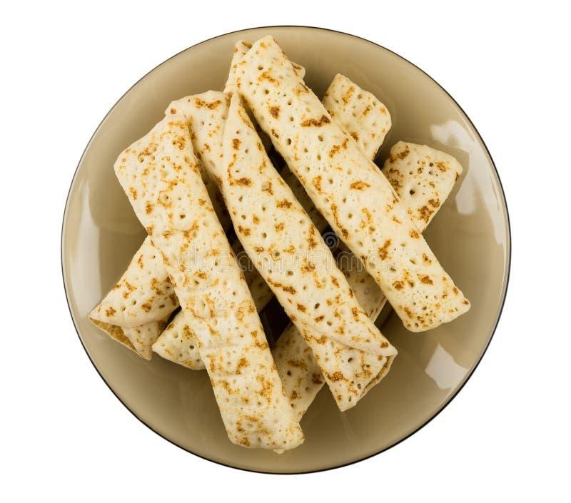 与充塞的薄煎饼在白色backgrou隔绝的棕色板材 免版税库存图片