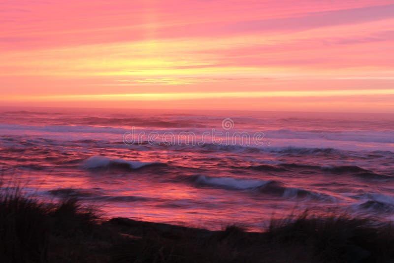 与充满活力的桃红色、黄色和紫色的被弄脏的日落 库存照片