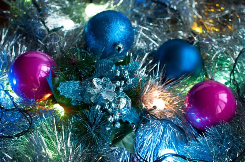 与光、闪亮金属片和圣诞节球的圣诞节背景 免版税库存照片