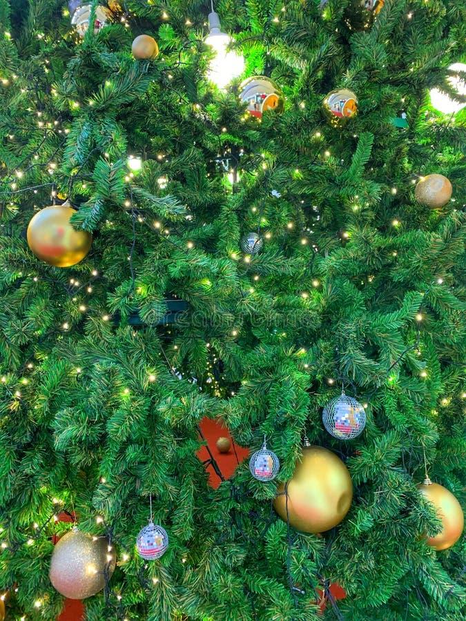 与光、闪烁、金子和银色alls的装饰的圣诞树 免版税库存图片