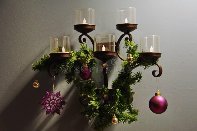 与光和花圈的圣诞装饰 免版税库存图片
