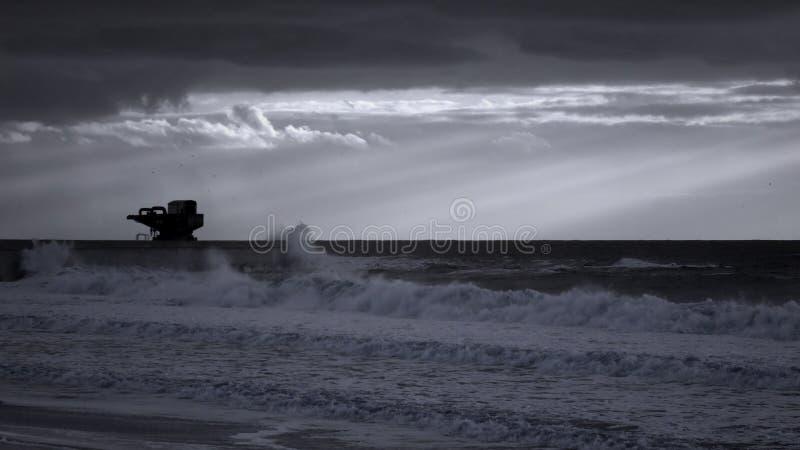 与光束的冬天海景 免版税图库摄影