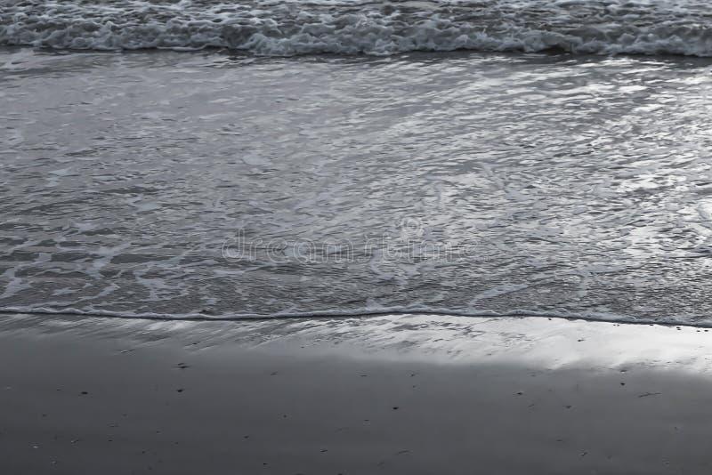 与光波的海滩 免版税库存图片