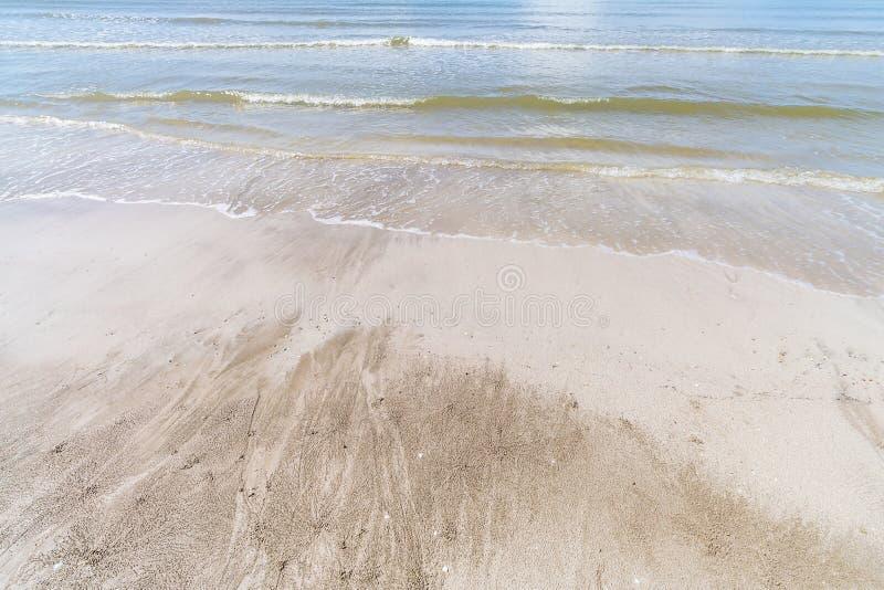 与光波的美丽的海滩 图库摄影