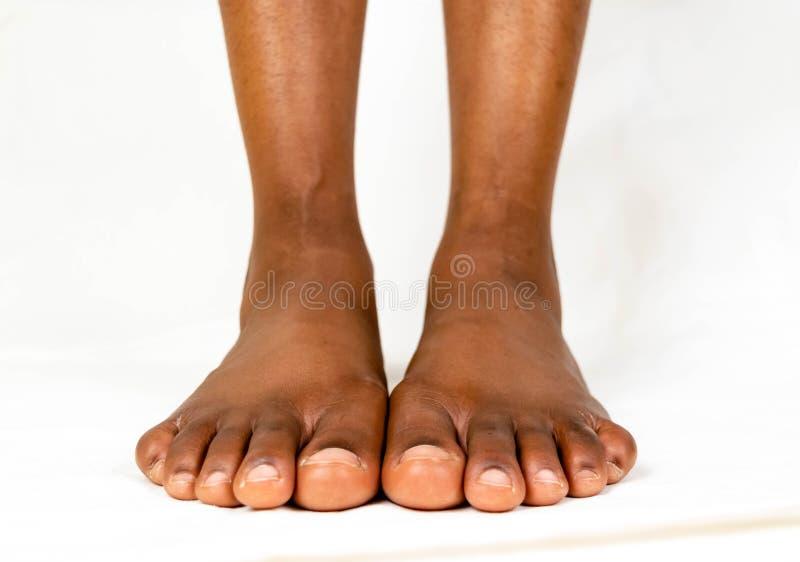 与光滑皮肤的美好的黑女性平的脚 非裔美国人的妇女健康脚婴孩 在丝毫婴孩的赤裸隔绝的脚 库存照片