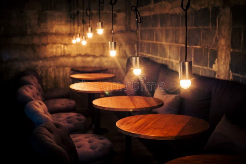 与光的咖啡咖啡馆葡萄酒经典设计 图库摄影