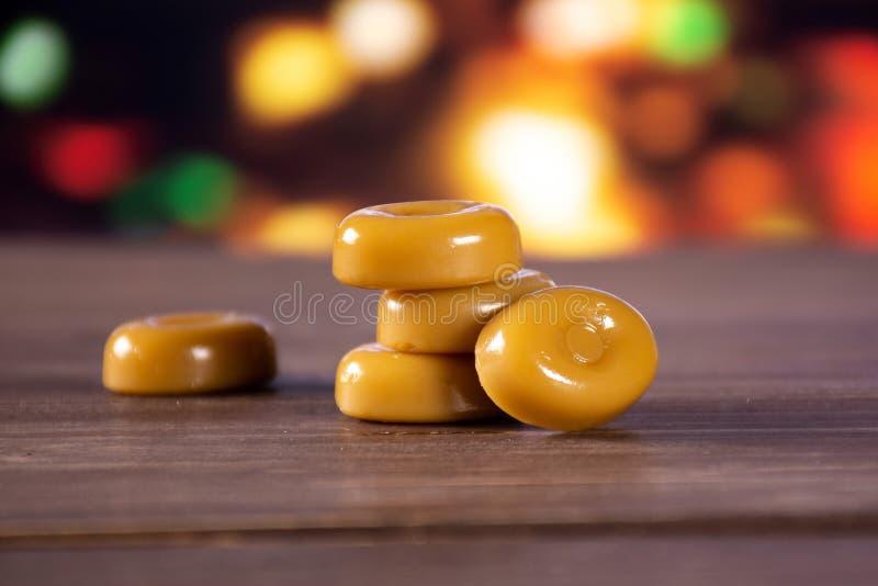 与光的焦糖奶油色糖果奶油硬糖 库存照片