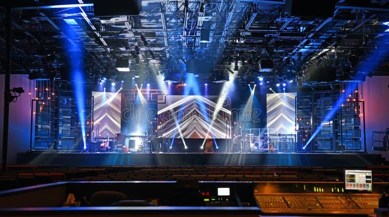 与光的音乐会阶段 免版税库存图片