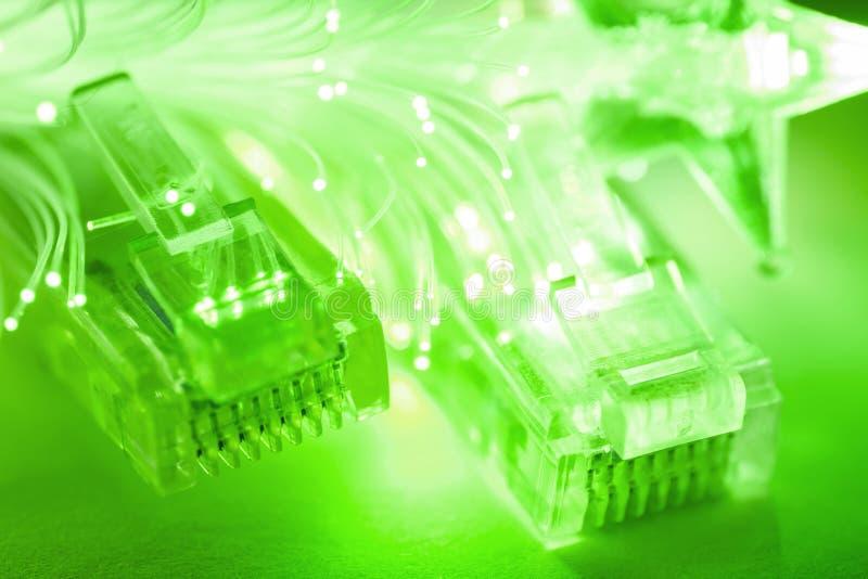 与光纤的网络缆绳。 库存图片