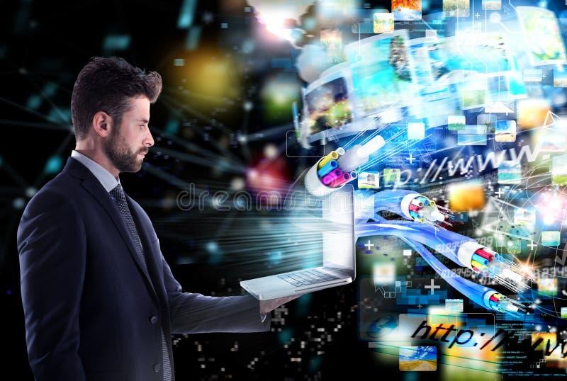 与光纤的被连接的商人 快速互联网分享的概念 免版税库存图片