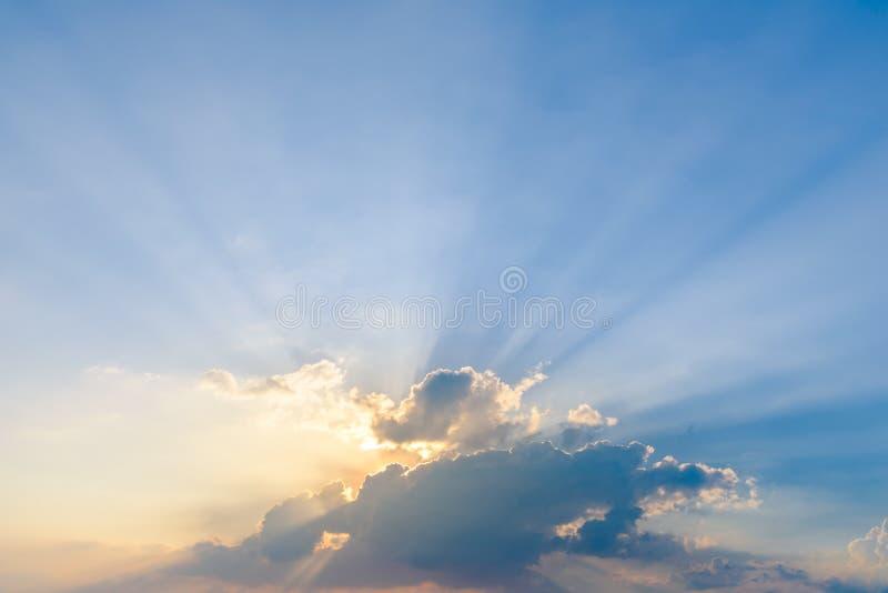 与光线的剧烈的天空云彩在日落 背景的自然风景 库存照片