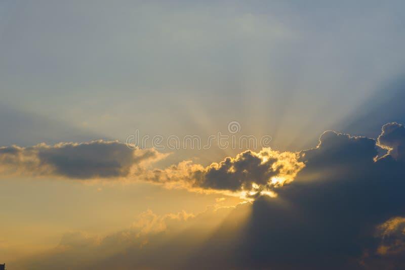 与光线的剧烈的天空云彩在日落 背景的自然风景 图库摄影