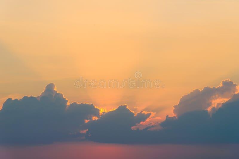与光线的美丽的剧烈的天空云彩在日落 背景的自然风景 库存照片