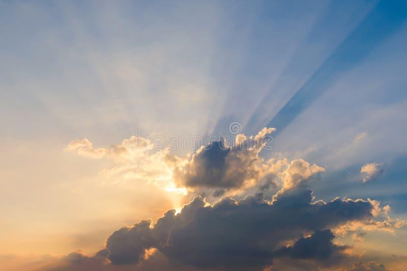 与光线的美丽的剧烈的天空云彩在日落 背景的自然风景 免版税库存照片