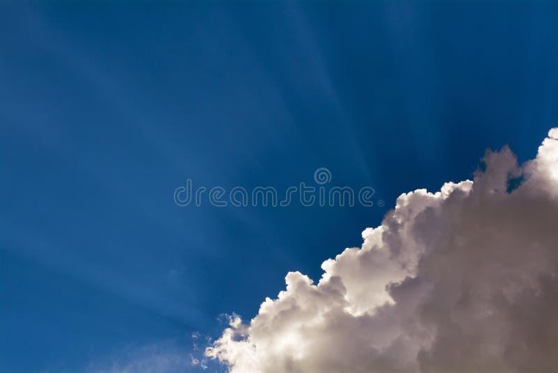 与光芒的桃红色云彩 库存照片