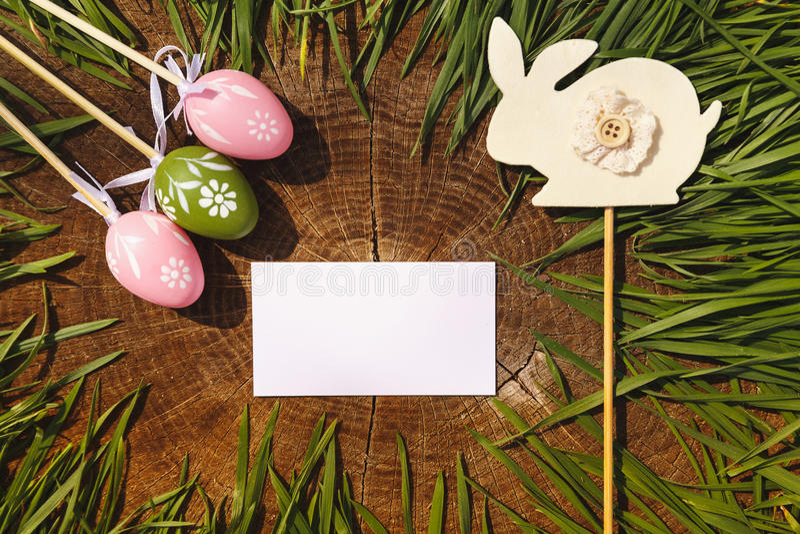 与兔子木backgroung的愉快的复活节人为eags 免版税库存图片