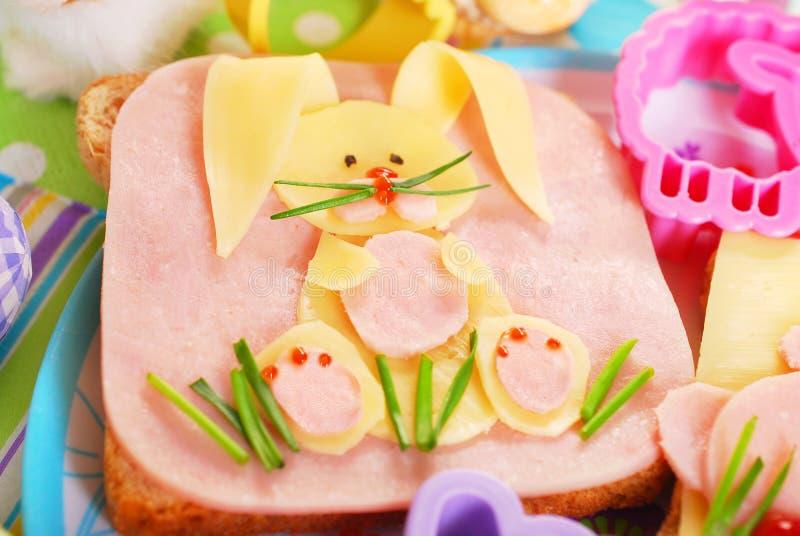 与兔宝宝的复活节三明治孩子的 免版税库存照片