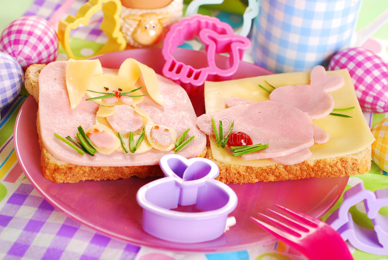 与兔宝宝的复活节三明治孩子的 免版税库存图片