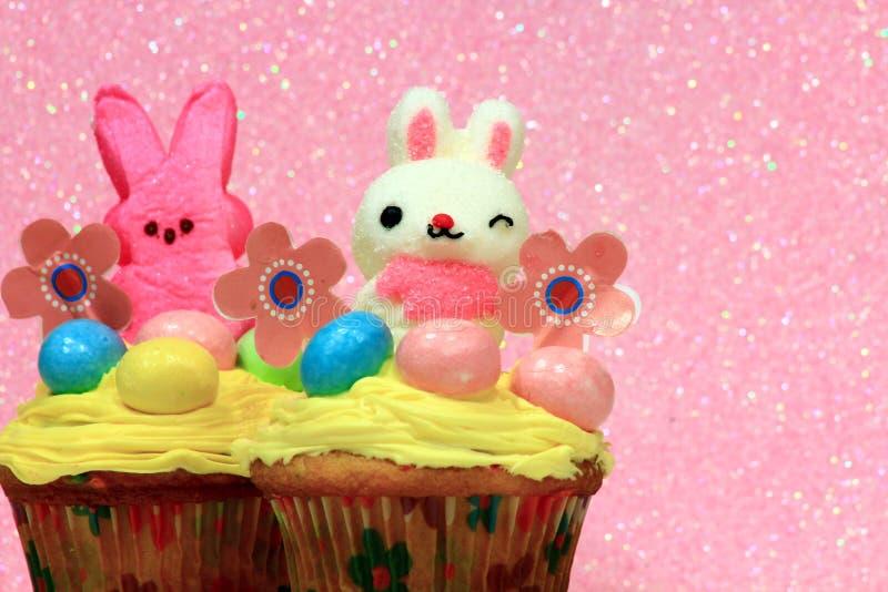 与兔宝宝的复活节杯形蛋糕 免版税图库摄影