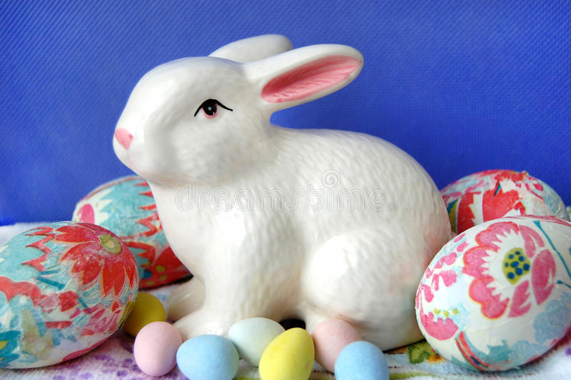 与兔宝宝的装饰的复活节彩蛋 免版税库存图片