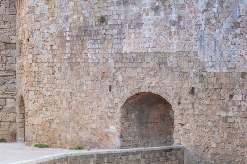 与入口细节的大城堡墙壁石头建筑学大厦 免版税库存图片