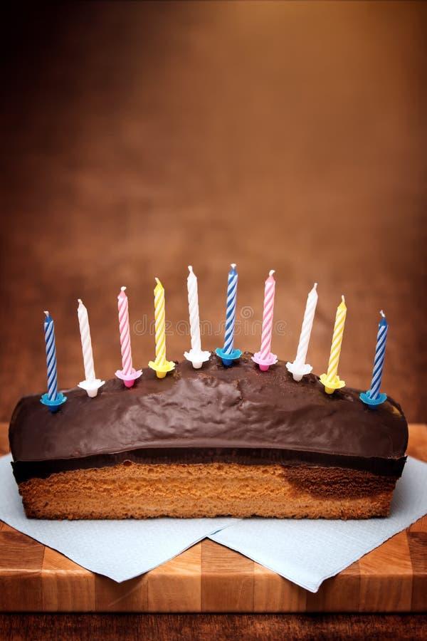 与全部的布朗欢乐巧克力蛋糕蜡烛 免版税库存图片