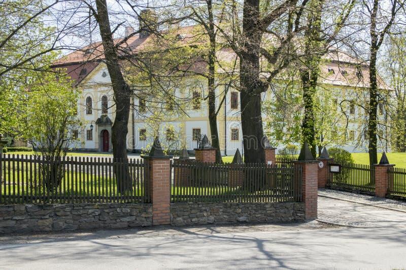与公园的Chotebor历史的大别墅在春天 库存照片
