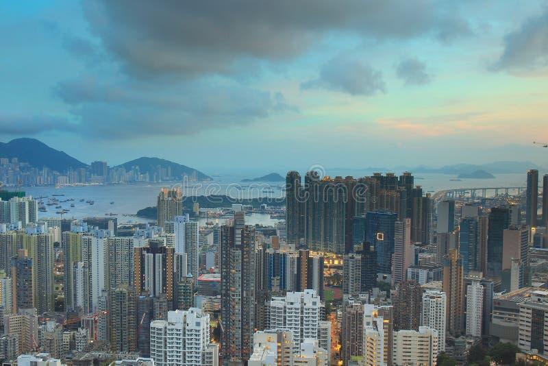 与公寓房和办公楼的都市风景视图 库存图片