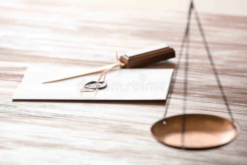与公证员封印和开信刀的文件 库存图片