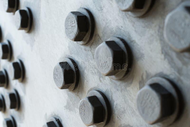 与六角螺栓头的灰色金属表面 免版税库存图片